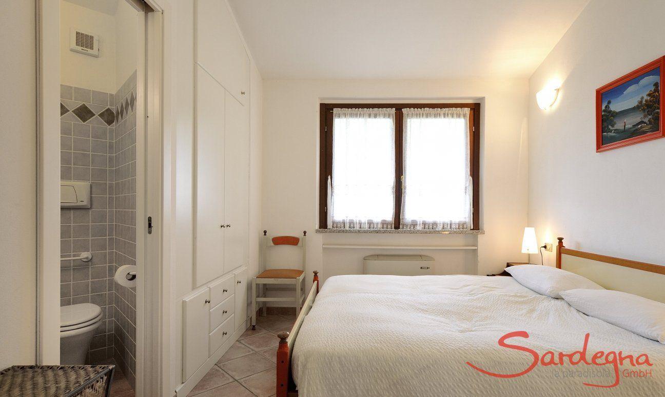 Schlafzimmer 1 mit Doppelbett und Ensuite-Bad