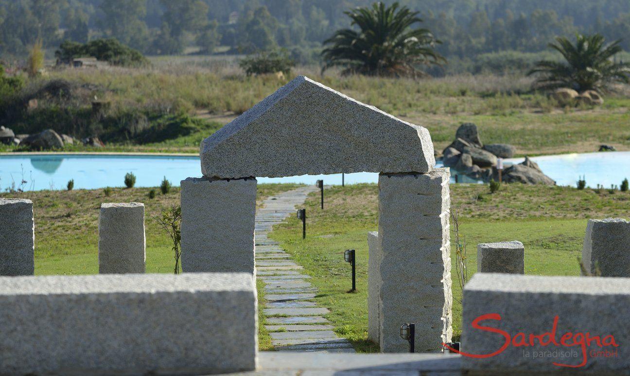 Granitbogen über dem Weg zum Gemeinschaftspool von Li Conchi