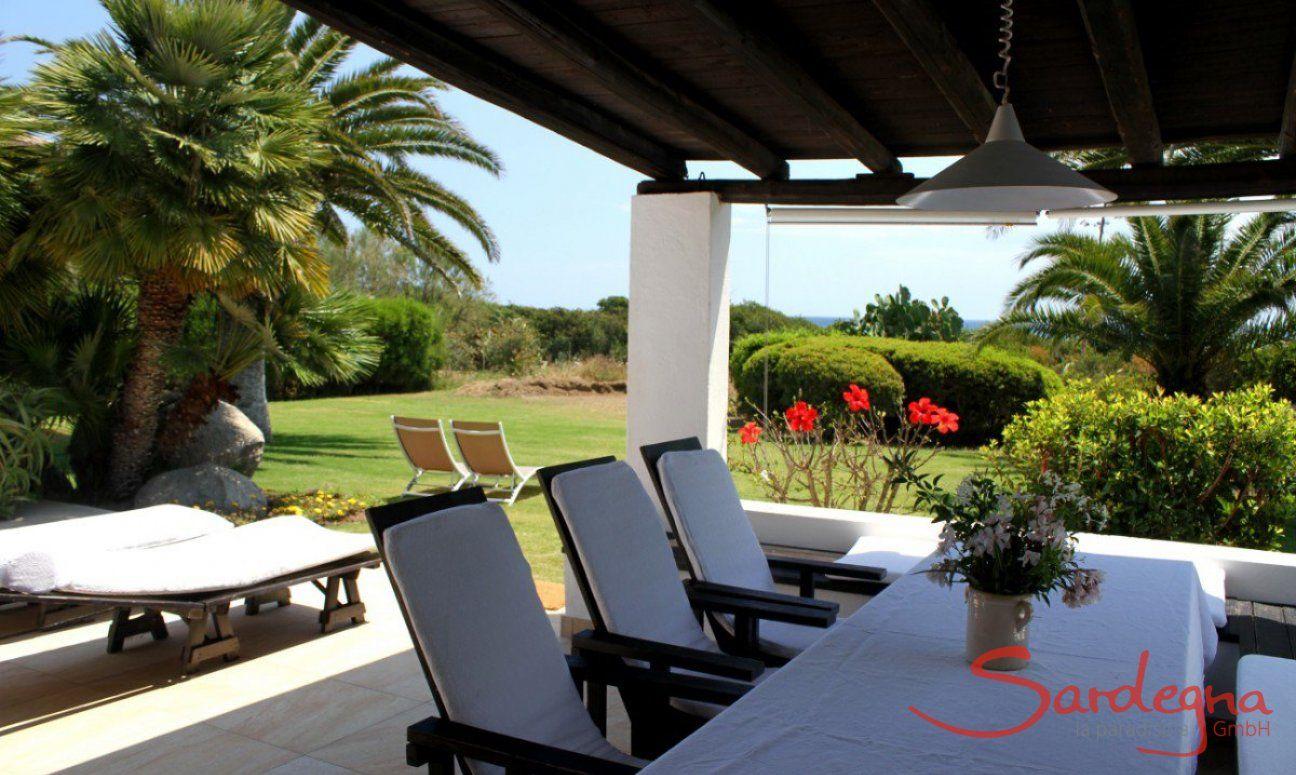 Überdachte Terrasse mit Blick auf den gepflegten Garten