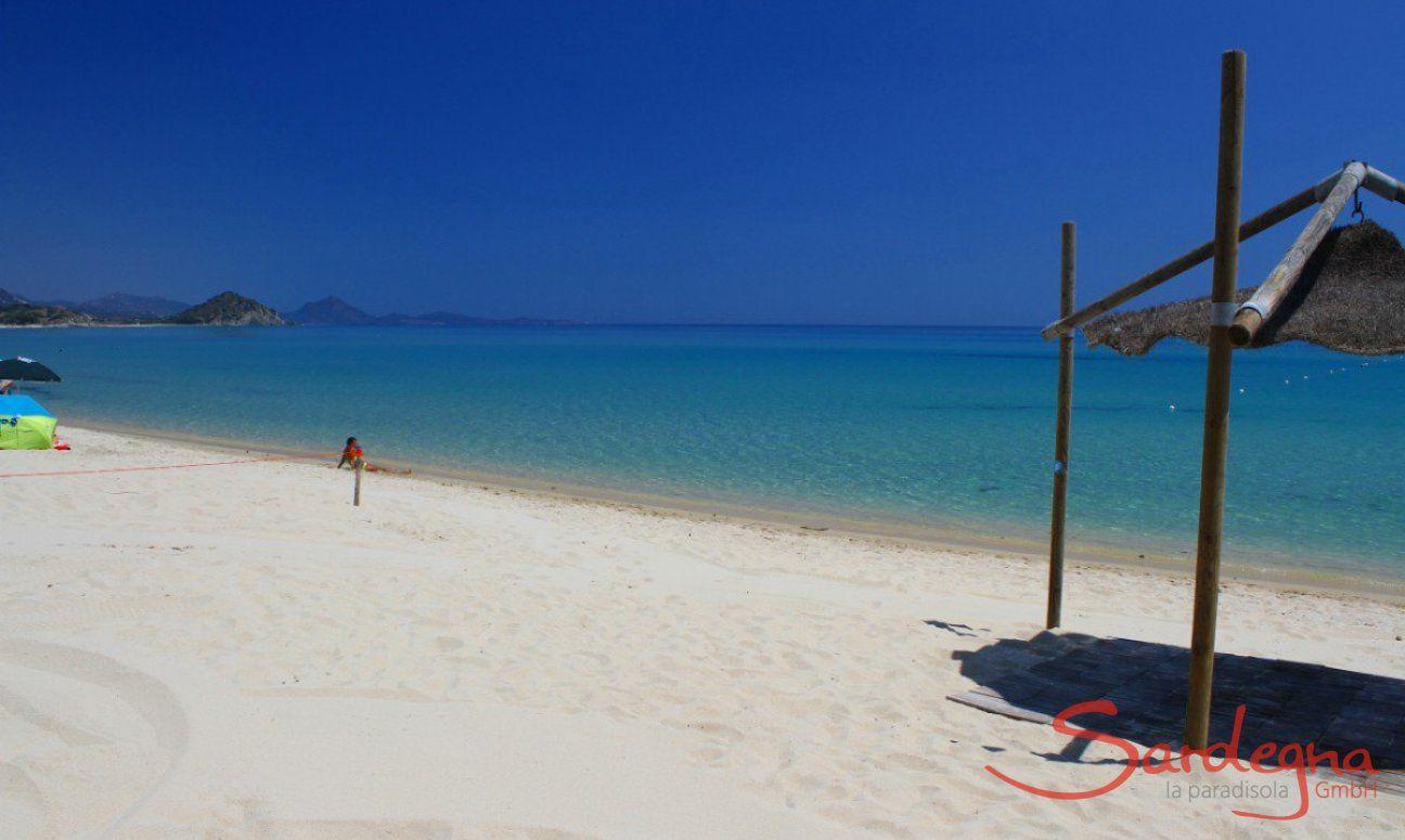 Weißer Sandstrand von Cala Sinzias, nur 2 km von Li Conchi entfernt