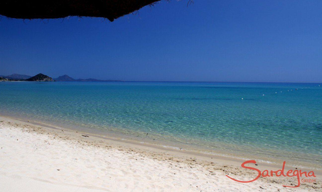 Weißer Sand und glasklares Wasser am Strand von Cala Sinzias, nur 2 km von Li Conchi entfernt