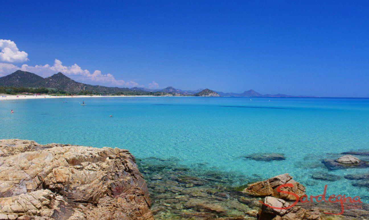 Traumhaft sauberes Wasser am Strand von Cala Sinzias