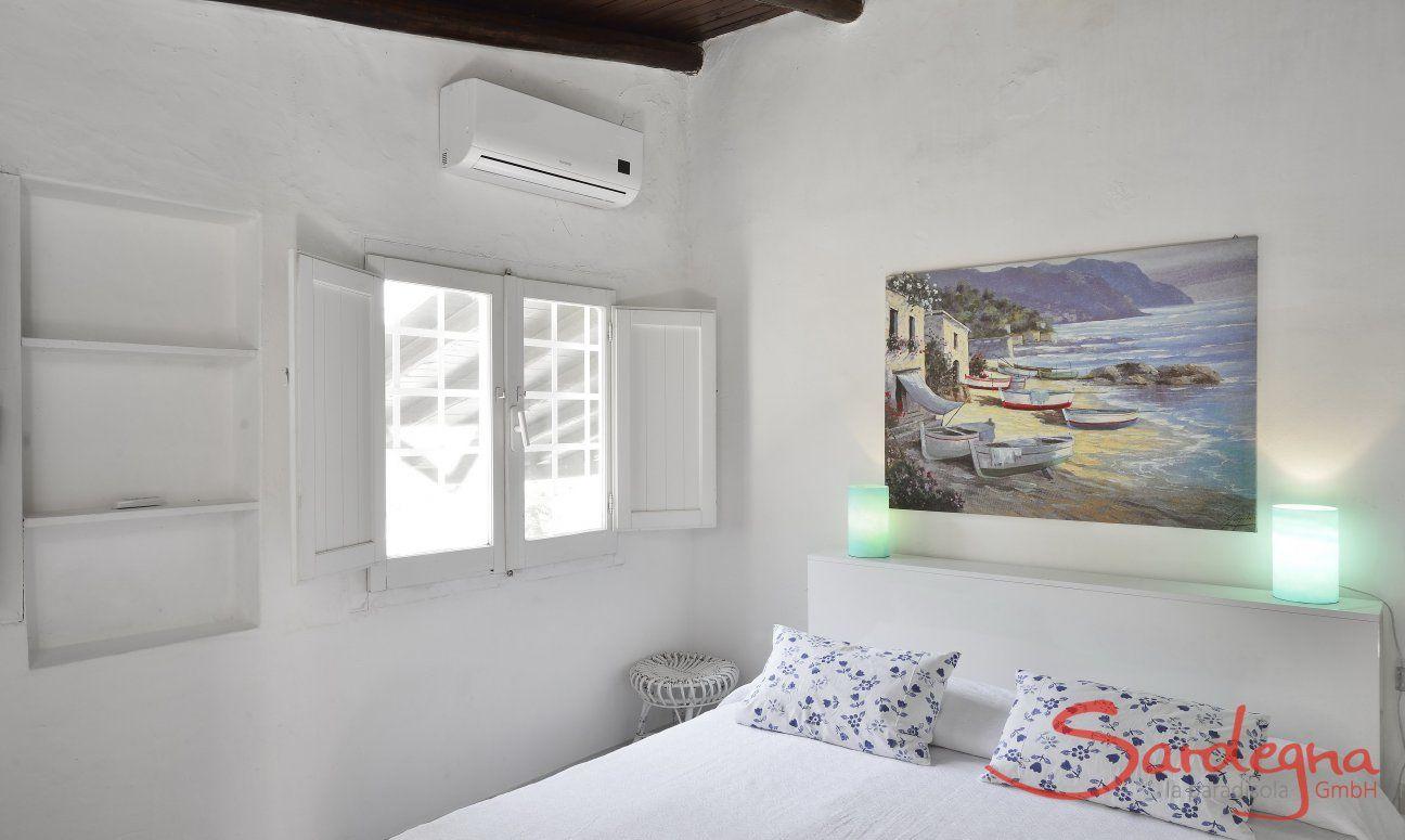 Schlafzimmer mit Doppelbett, Fenster und Klimaanlage
