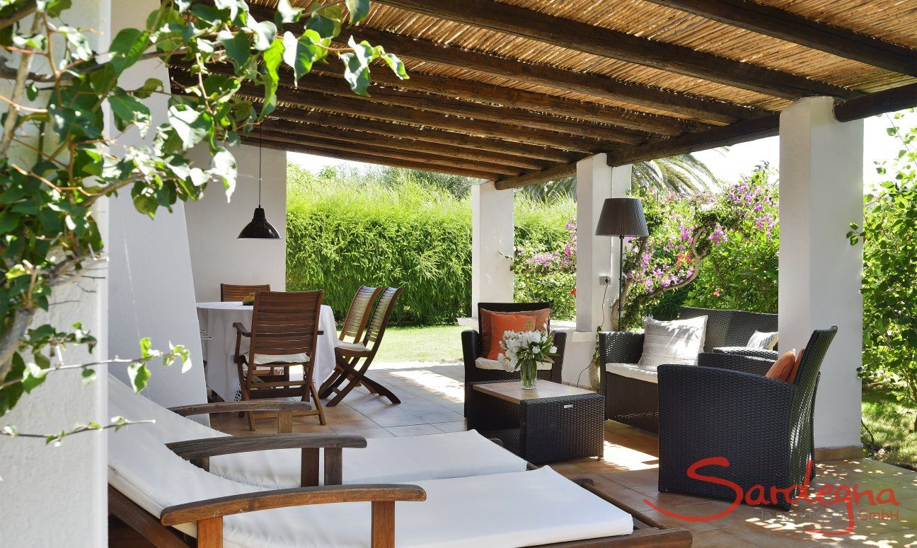 Terrasse mit Ess-und Loungebereich