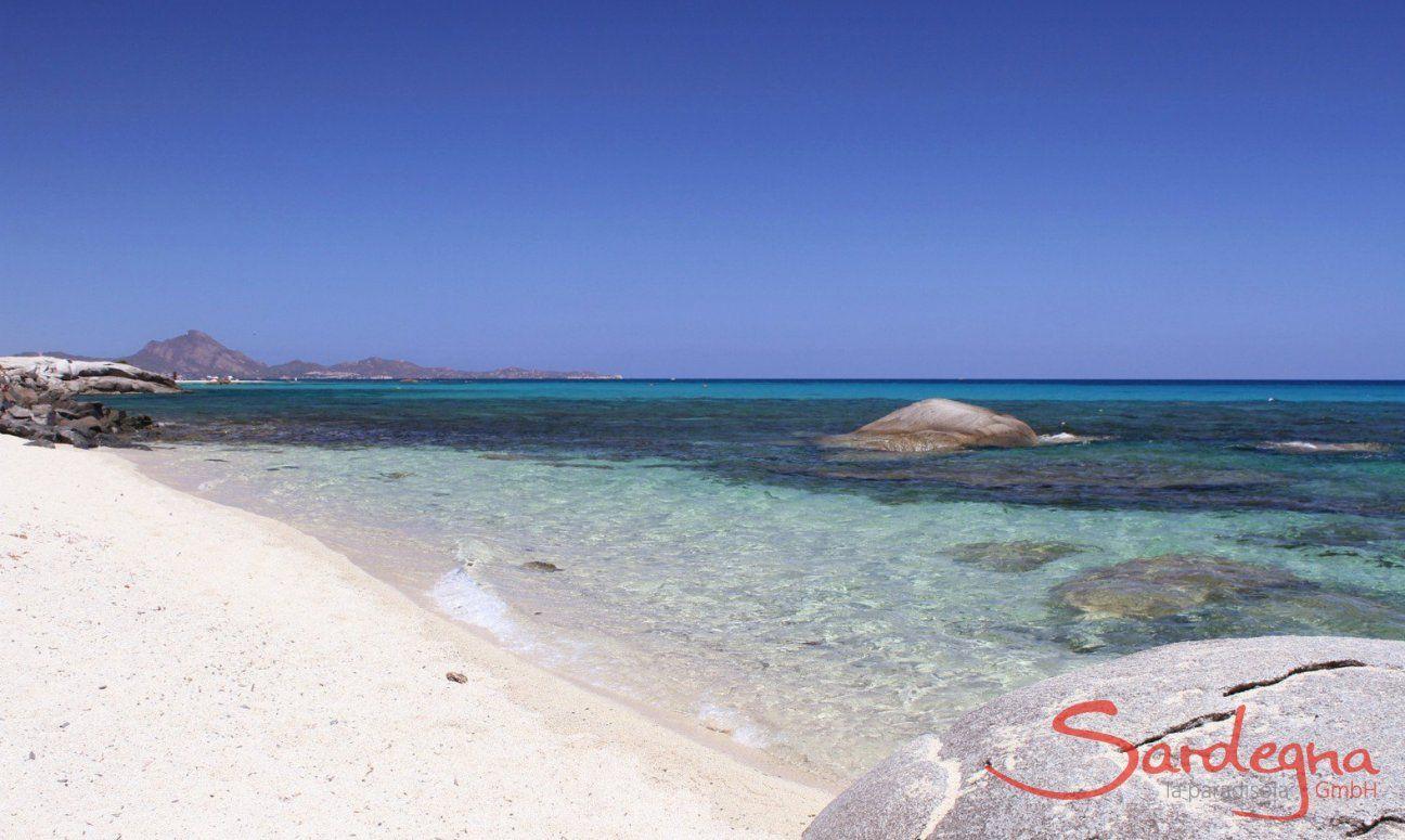 Strand von Sant Elmo mit kalkweißem Sand