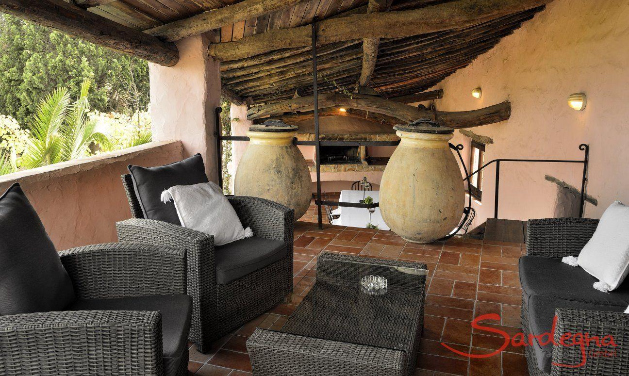 Gemütlicher Loungebereich auf der oberen Terrasse