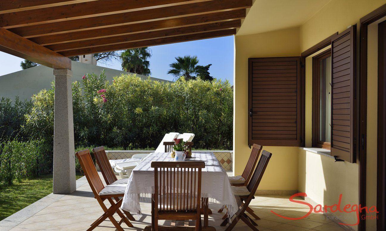 Überdachte Terrasse mit Essbereich und Sonnenliegen