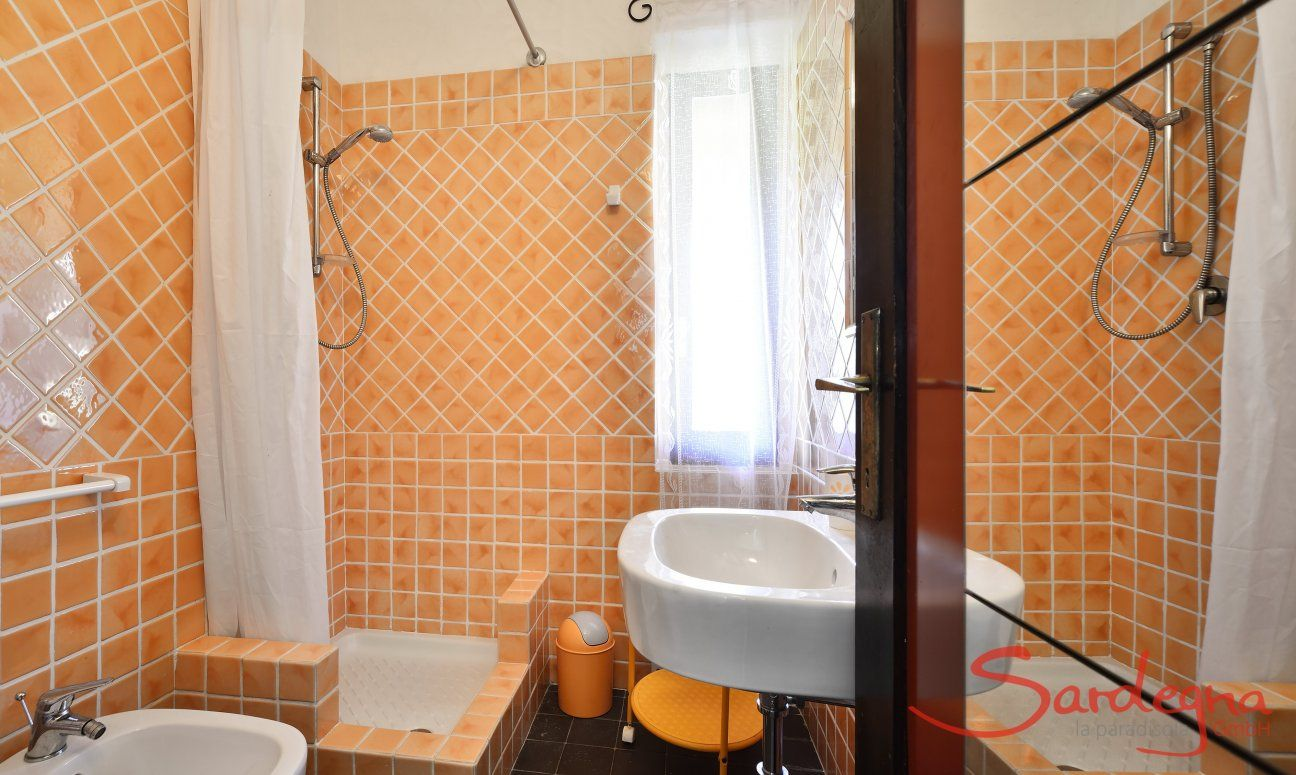 Orange gekacheltes Bad mit Dusche  Villa Serena, Costa Rei