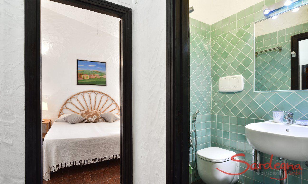 Blick in Schlafzimmer und Bad  Villa Serena, Costa Rei