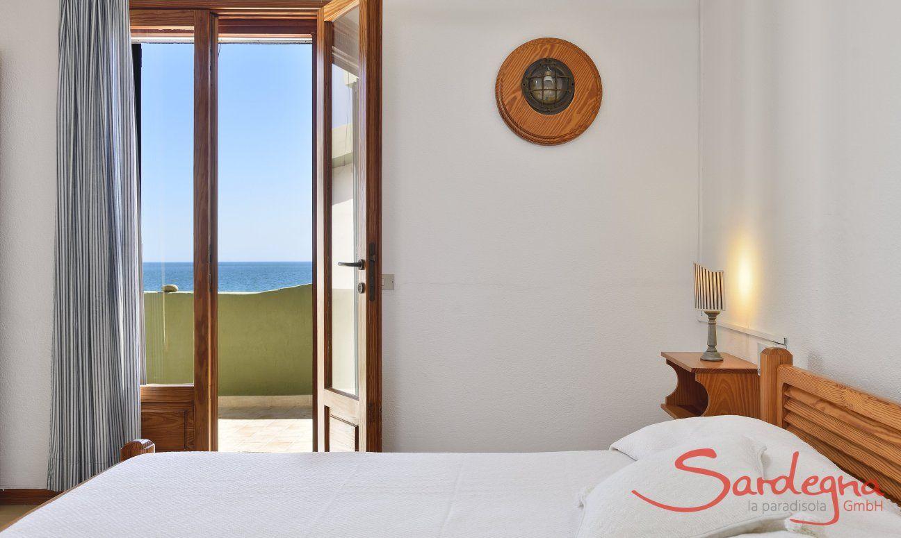 Schlafzimmer 2 mit Doppelbett und Meerblick im 2.Stock