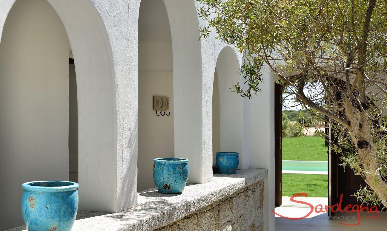 Innenhof von  Villa Campidano 21 mit Tor zum Garten und Pool