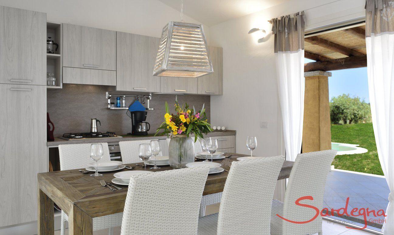 Küche und Esstisch mit Gartenblick in  Villa Campidano 21