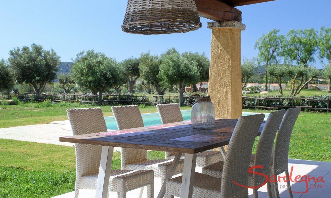 Campdiano 20 mit praktischem Esstisch auf der Terrasse