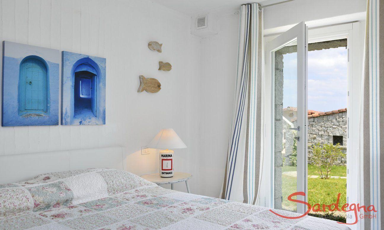 Schlafzimmer mit Doppelbett und Tür zum Garten, Li Conchi 29