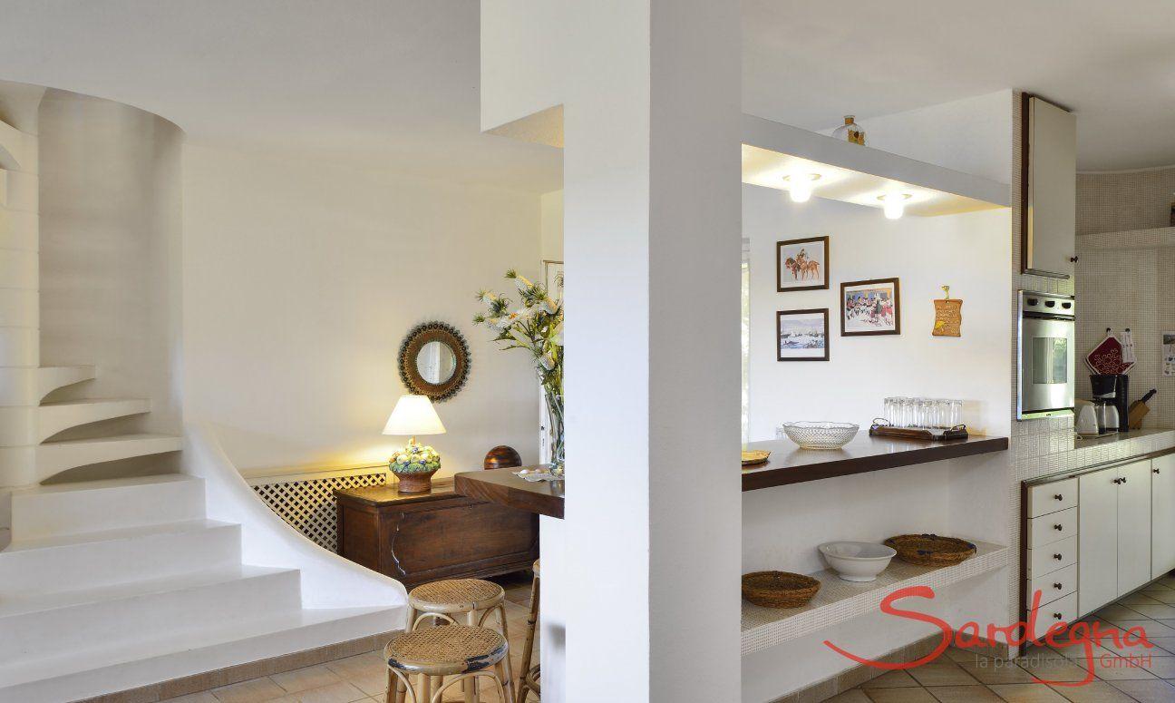 Treppenaufgang 1. OG und Blick in die Küche