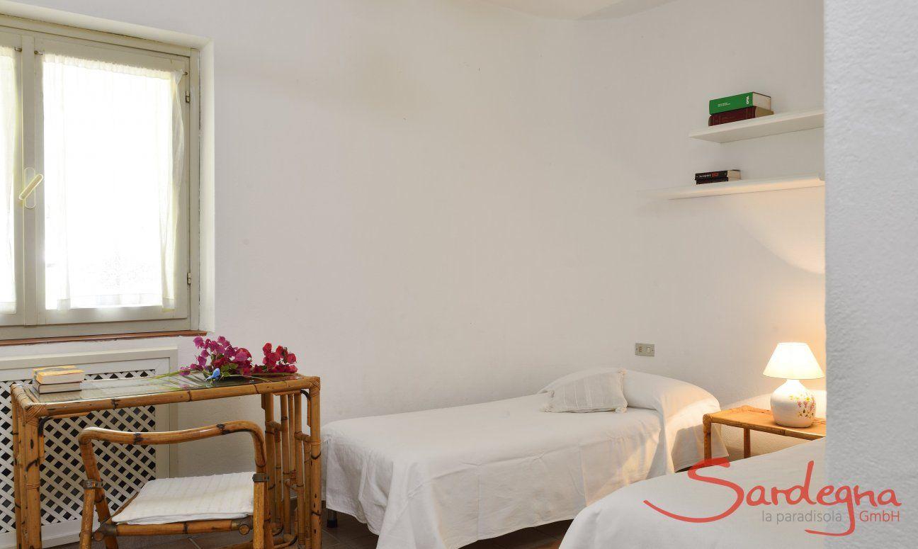 2. Schlafzimmer im Parterre mit Einzelbetten und kleinem Ablagetisch