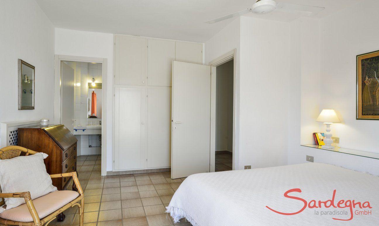 5. Schlafzimmer im Obergeschoss mit Doppelbett und Ensuite Bad