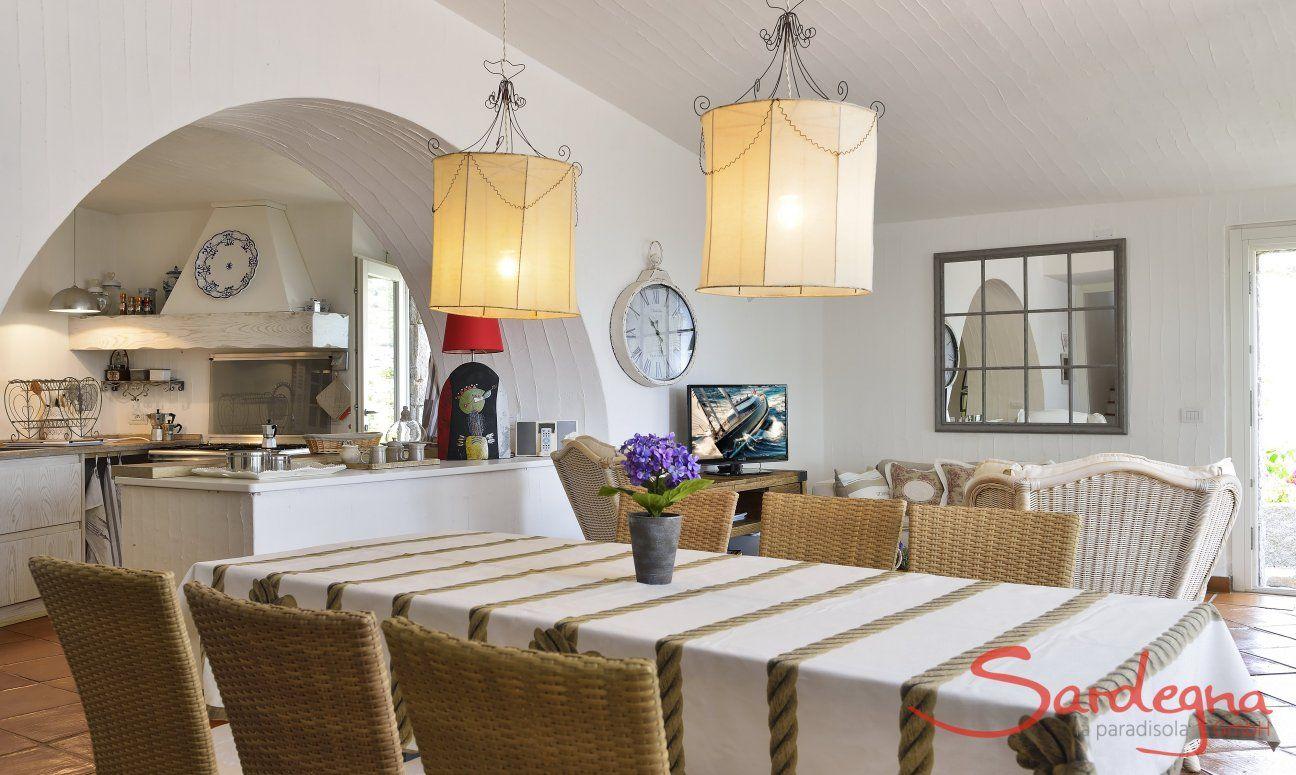 Großer Esstisch mit Blick in die Küche