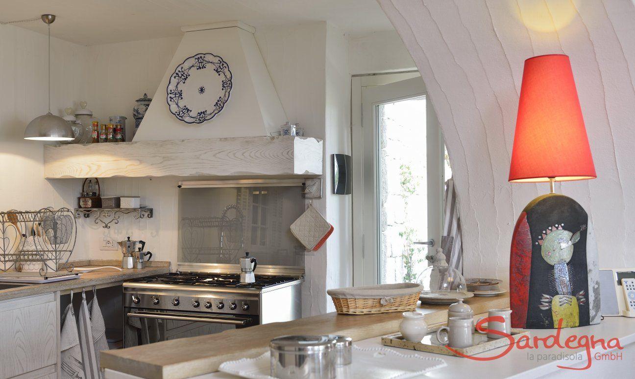 Helle, gut ausgestattete Küche