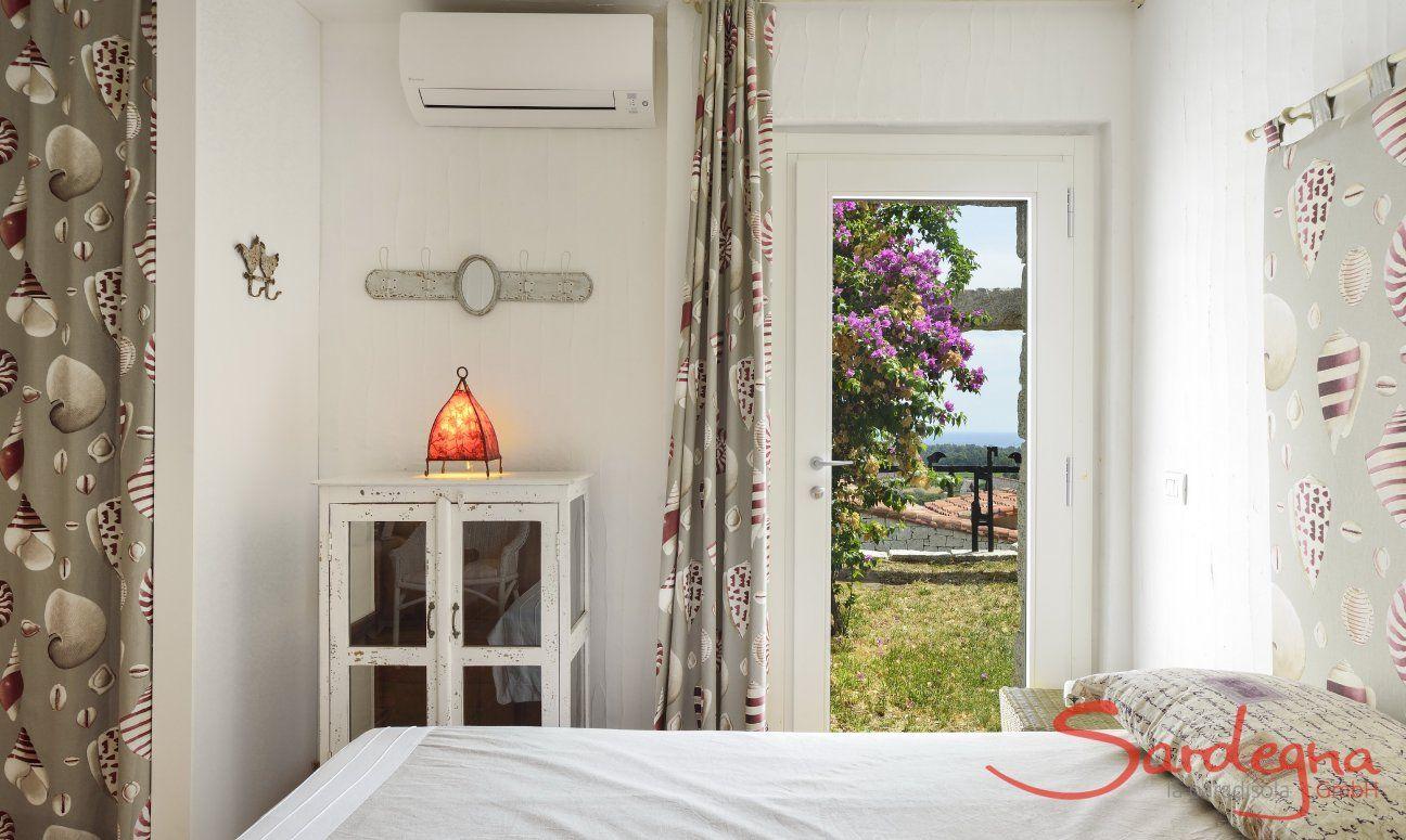 Schlafzimmer mit Tür zum Garten