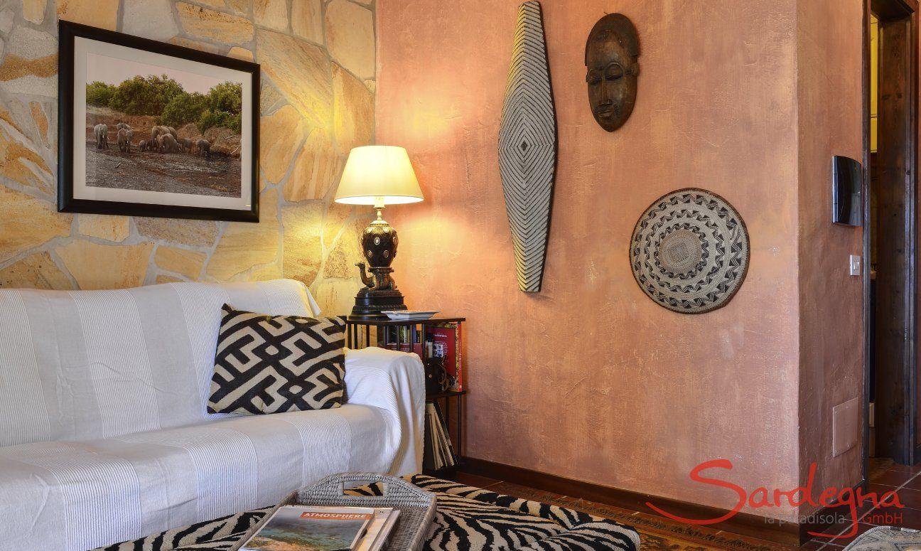 Couch mit Tisch im Zebramuster