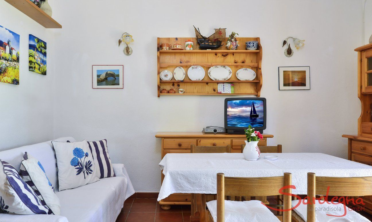 Wohnbereich mit Sofa und Essplatz