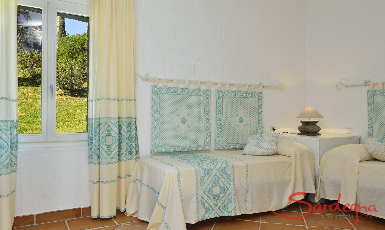 Schlafzimmer mit 2 Einzelbetten und Blick ins Grüne Li Conchi 7