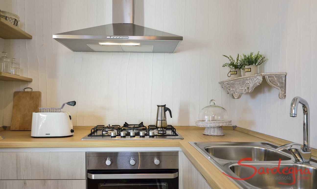 Küche mit Ofen, Herd, Abzugshaube und großem Spülbecken im Ferienhaus  Li Conchi 7