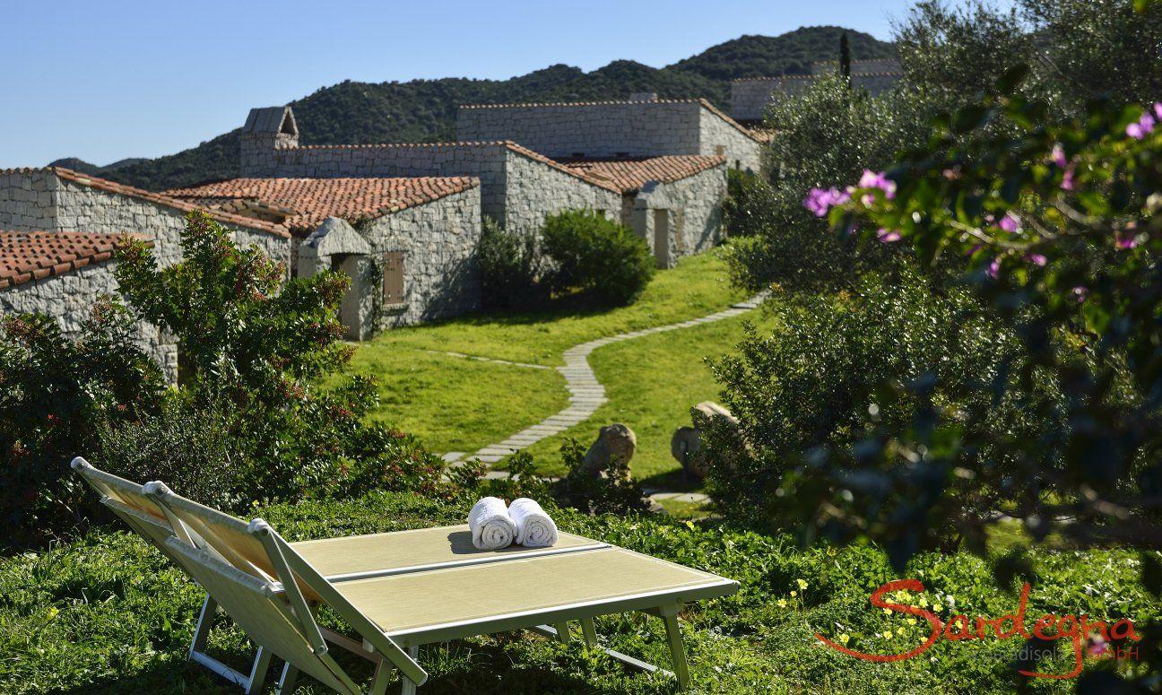 Garten mit 2 Sonnenliegen vor dem Ferienhaus  Li Conchi 7