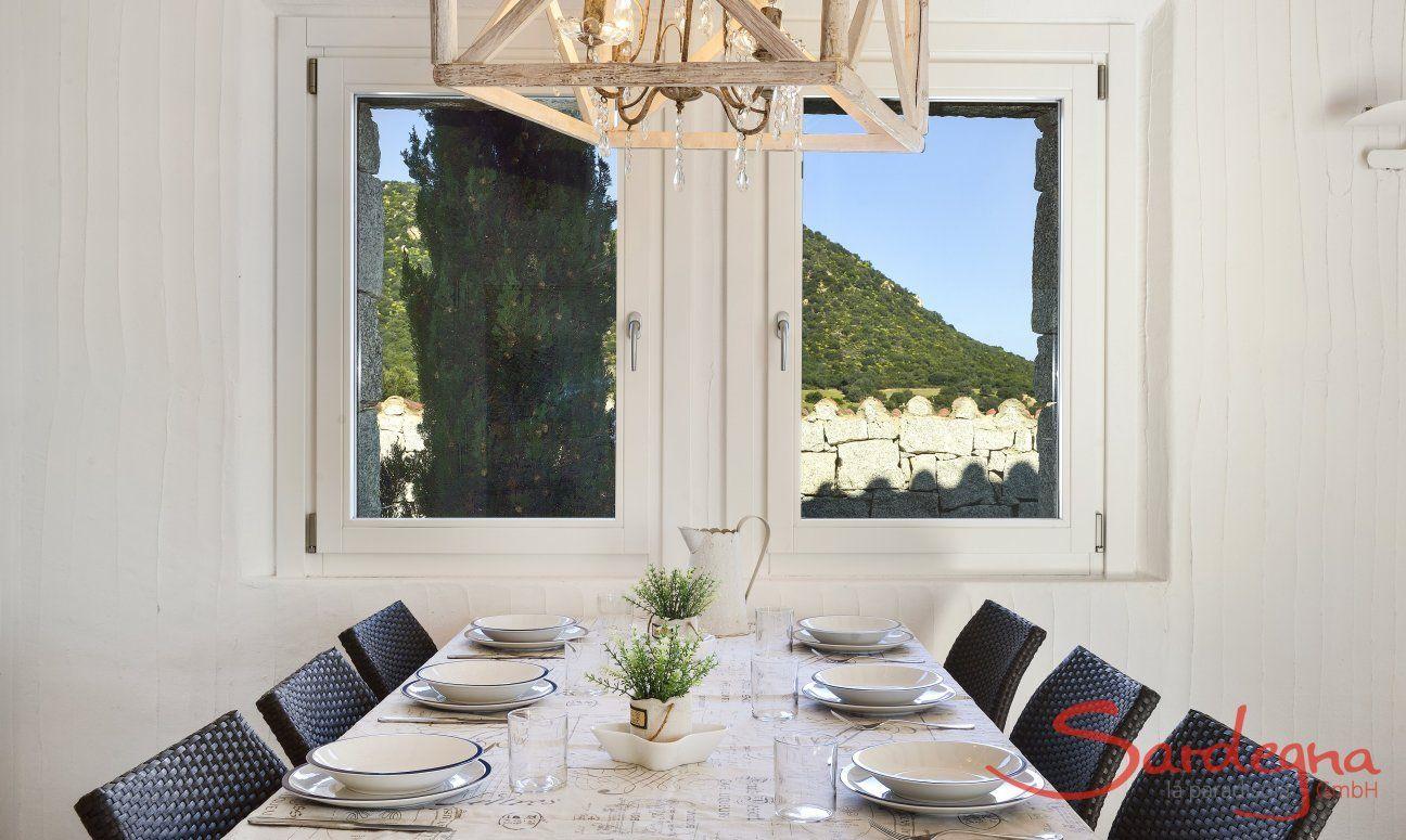 Esstisch am Fenster mit Blick Li Conchi 10, Cala Sinzias