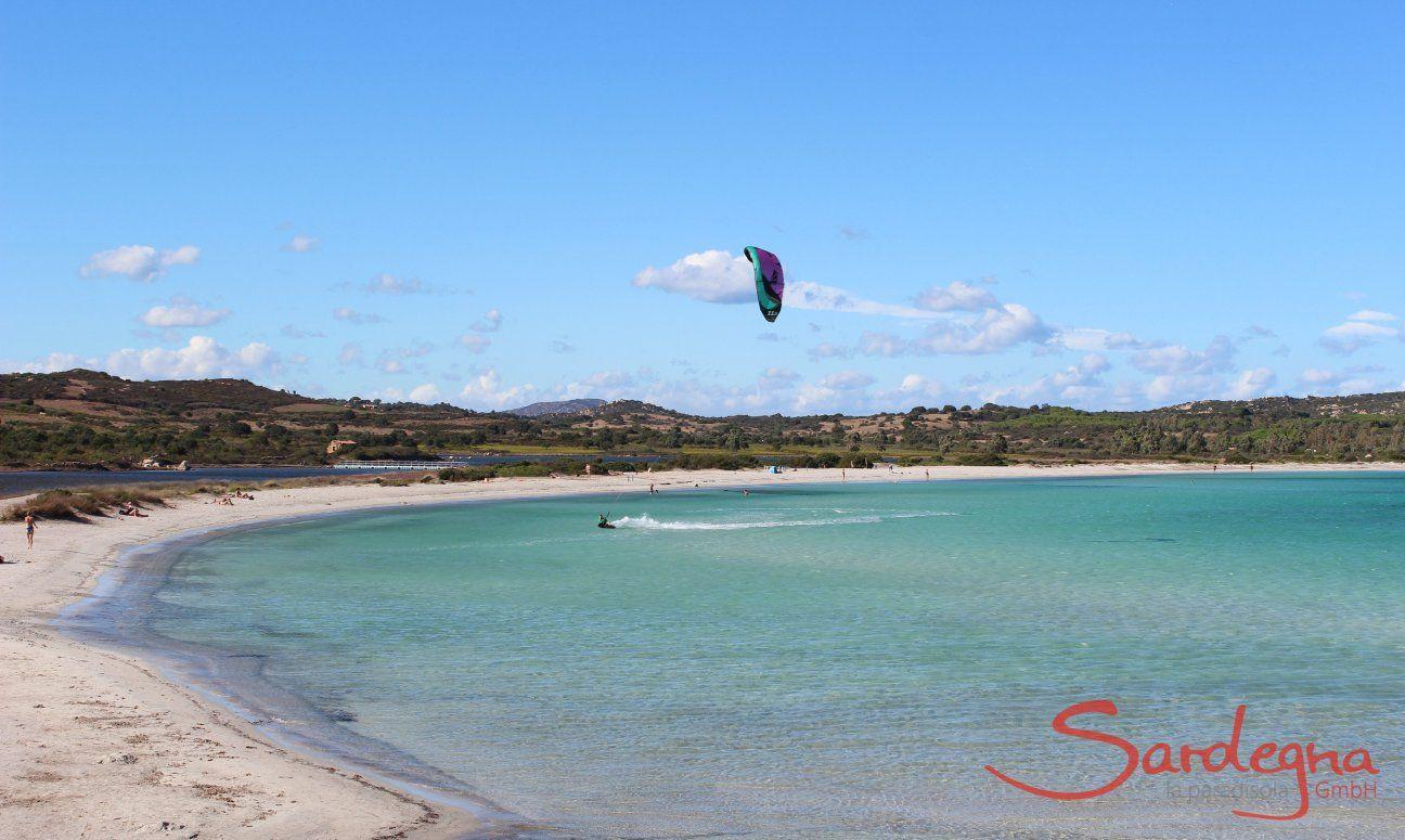 Strand Lu Impostu mit Kitesurfer