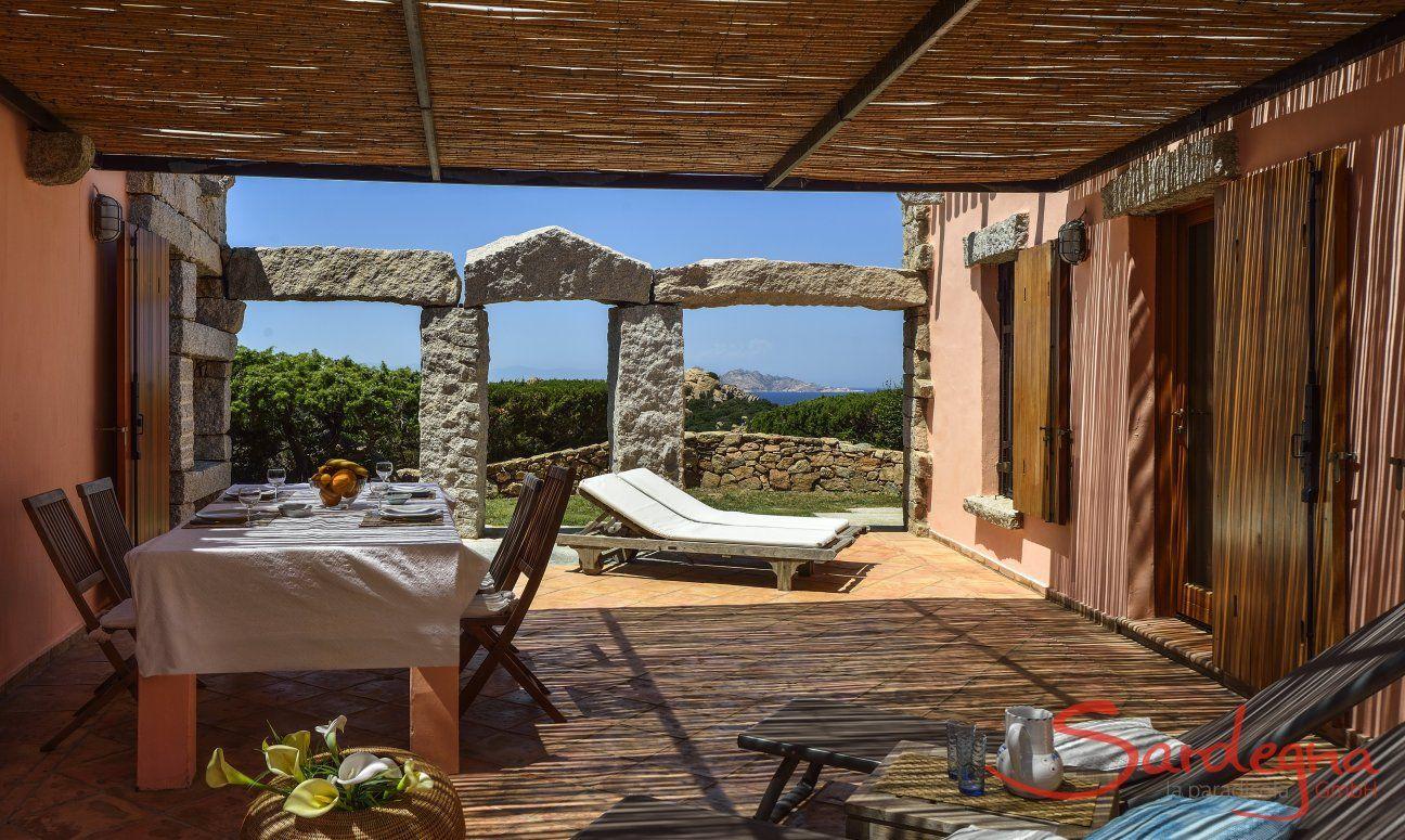 Überdachte Terrasse mit Esstisch