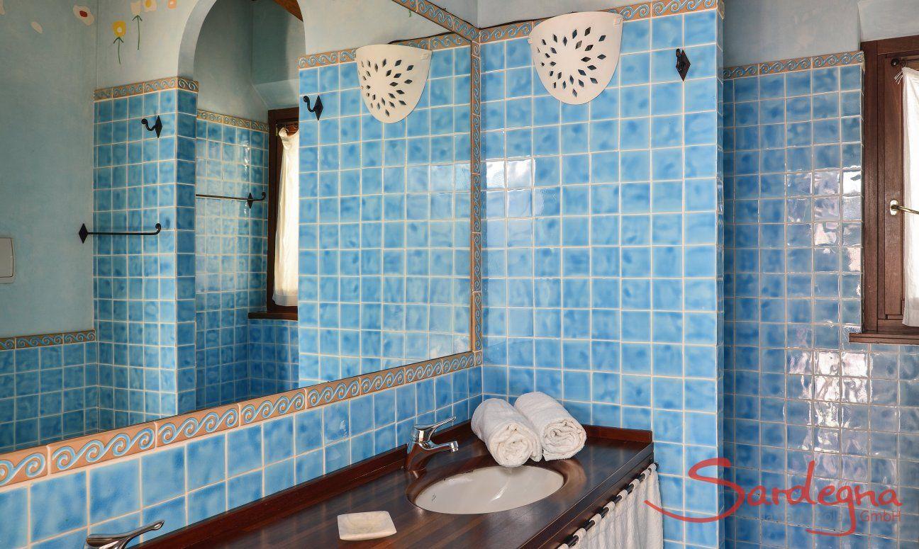 Badezimmer mit Dusche und zwei Waschbecken