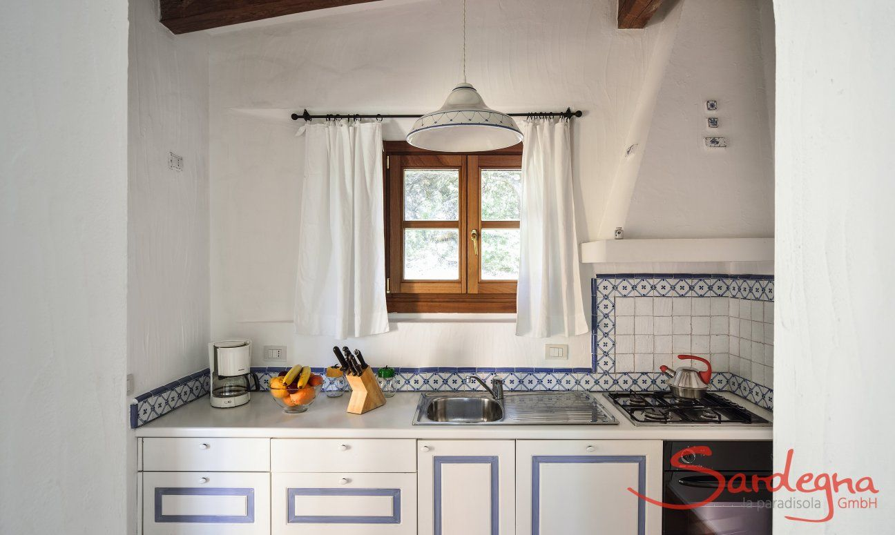 Küche mit allen wichtigen Utensilien und Geräten