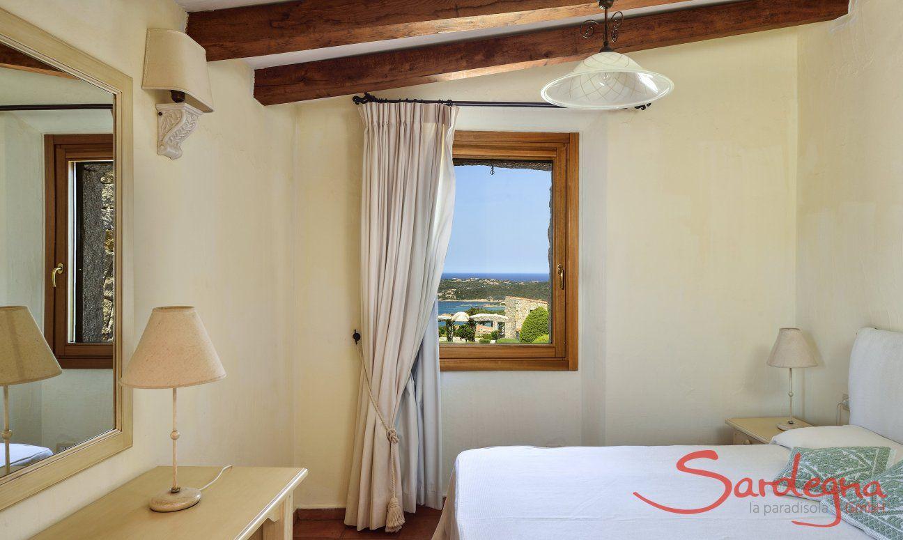 Schlafzimmer 2 mit Doppelbett und Meerblick