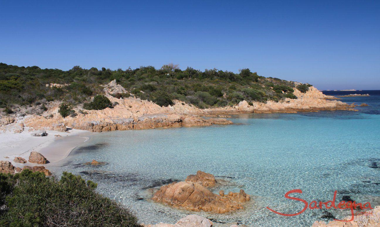 Kristallklares Wasser auf dem weißen, sandigen Grund vom Strand Romazzino