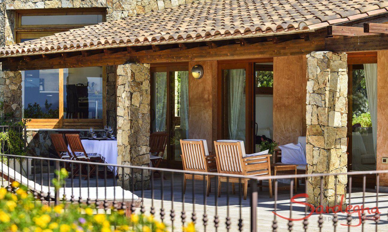 Blick auf den Ess-und Loungebereich der Terrasse