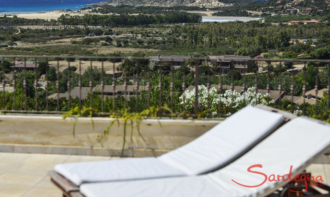 Blick von Villa Torretta Chia über die Landschaft bis zum Meer von Chia