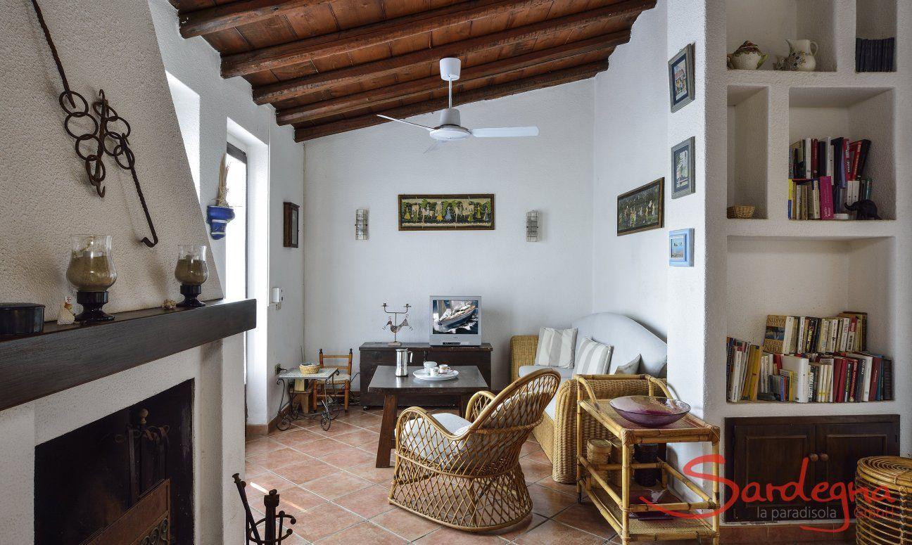 Wohnbereich mit Sofaecke, Kamin und Bücherregal