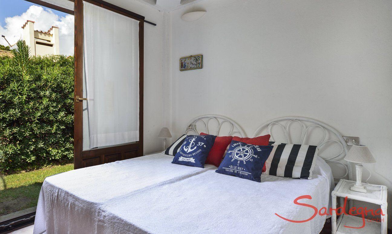 Schlafzimmer 1 mit Gartenzugang