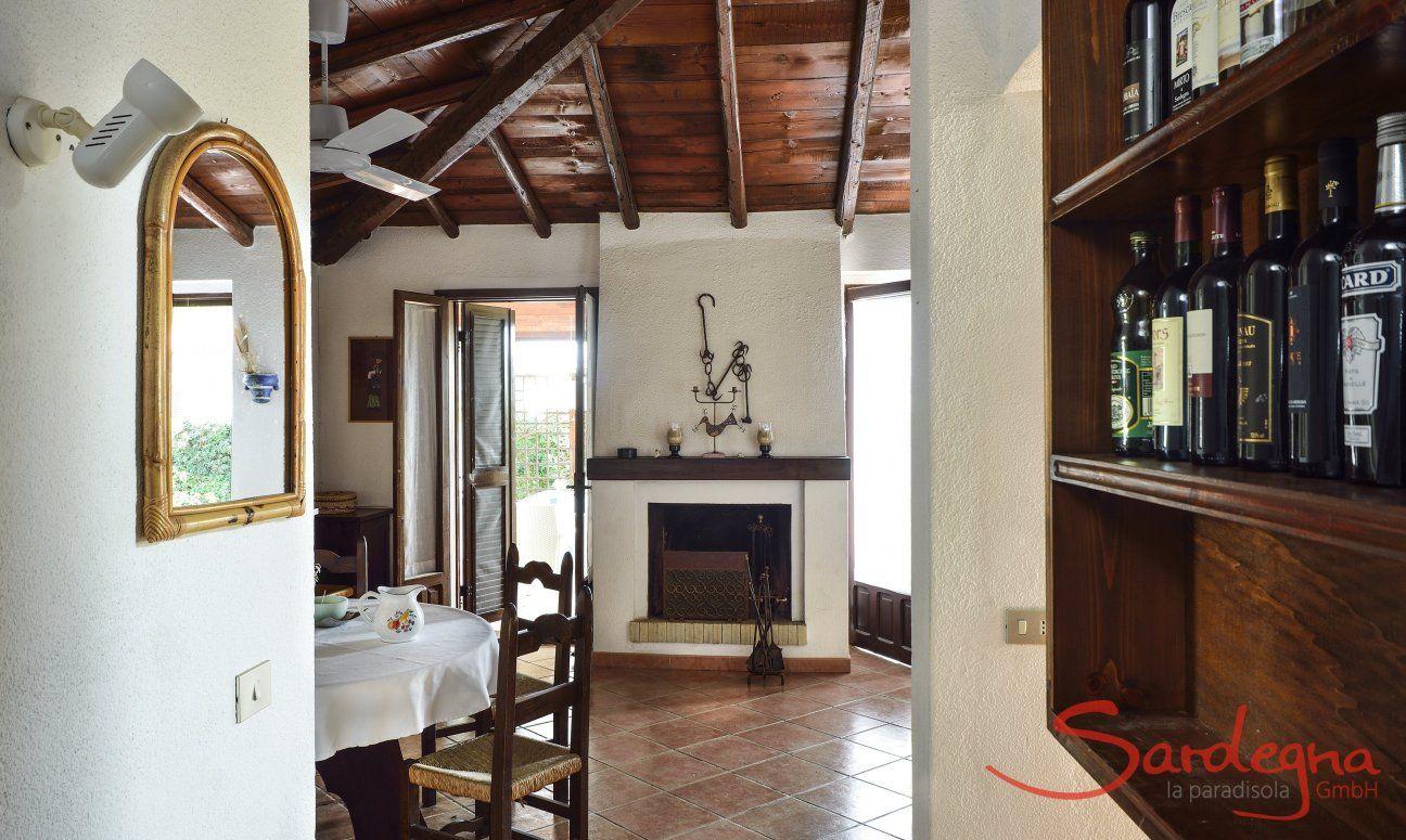 Wohnbereich mit Esstisch und Innenkamin