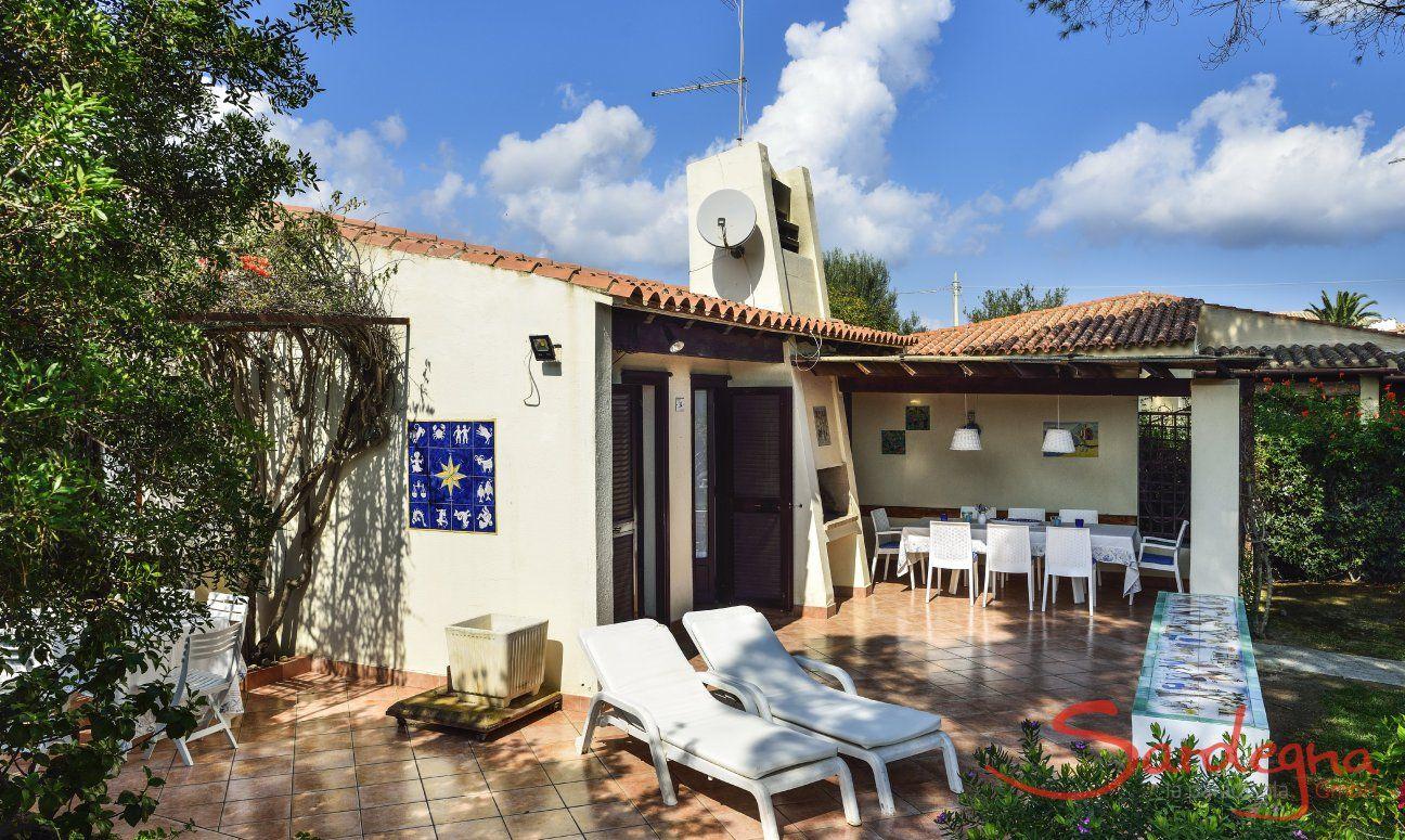 Haus-und Terrassenansicht der Villa Ibiscus