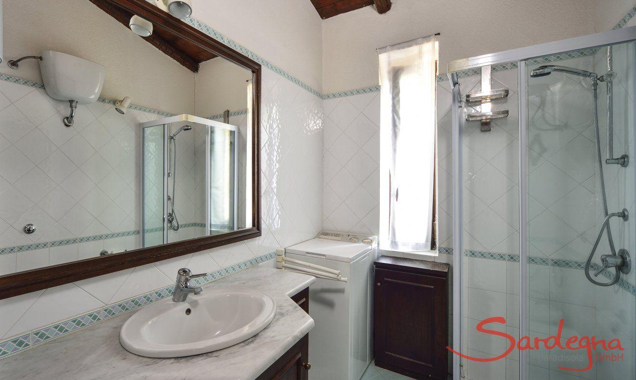 Badezimmer 1 mit Dusche und Waschmaschine