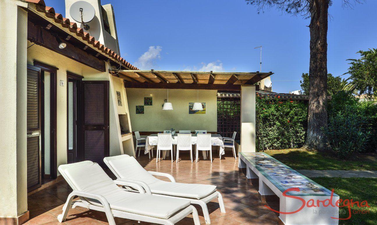 Großflächige Terrasse mit Sonnenliegen und Essbereich