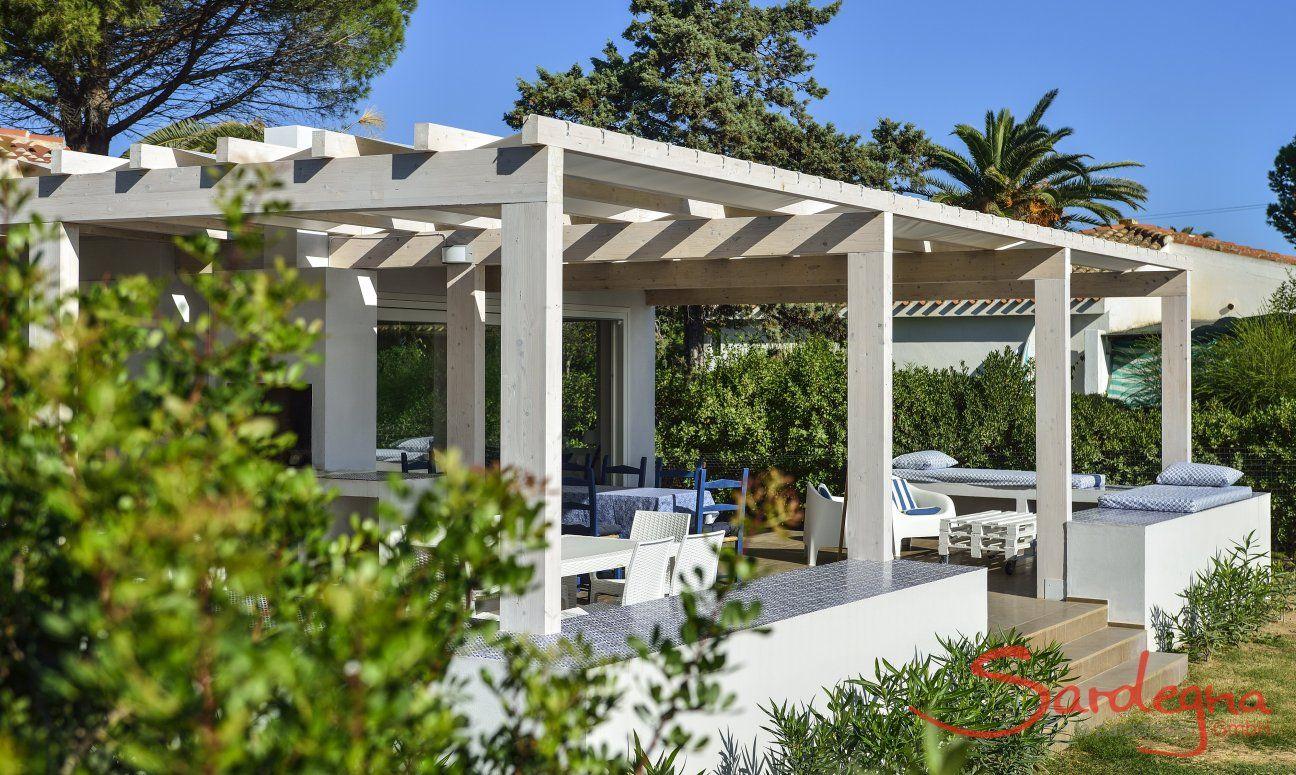 Große Terrasse mit Blick auf den Garten