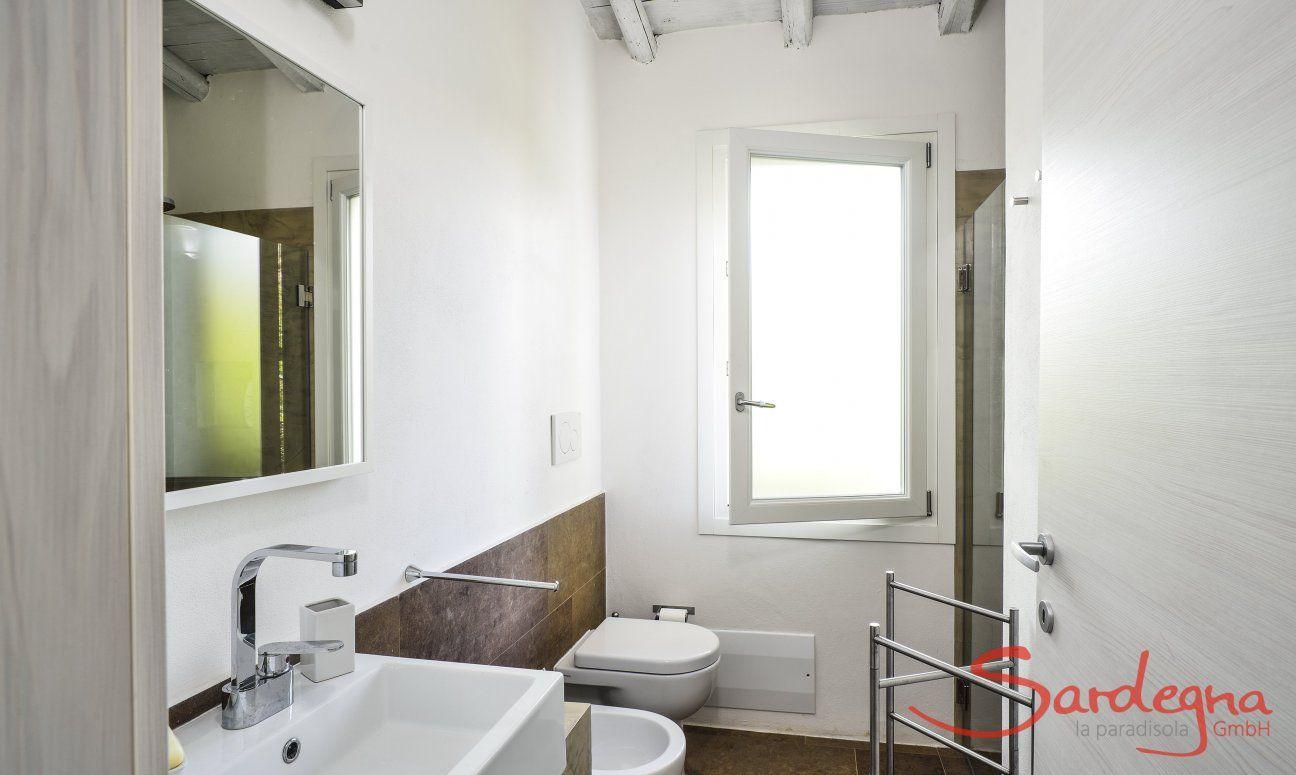 Badezimmer 1 mit Dusche und Bidet
