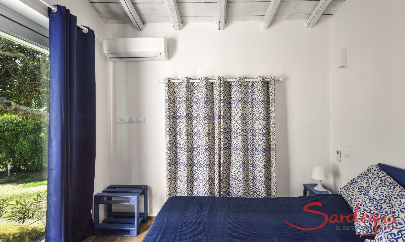Schlafzimmer 2 mit Doppelbett und Blick in den Garten
