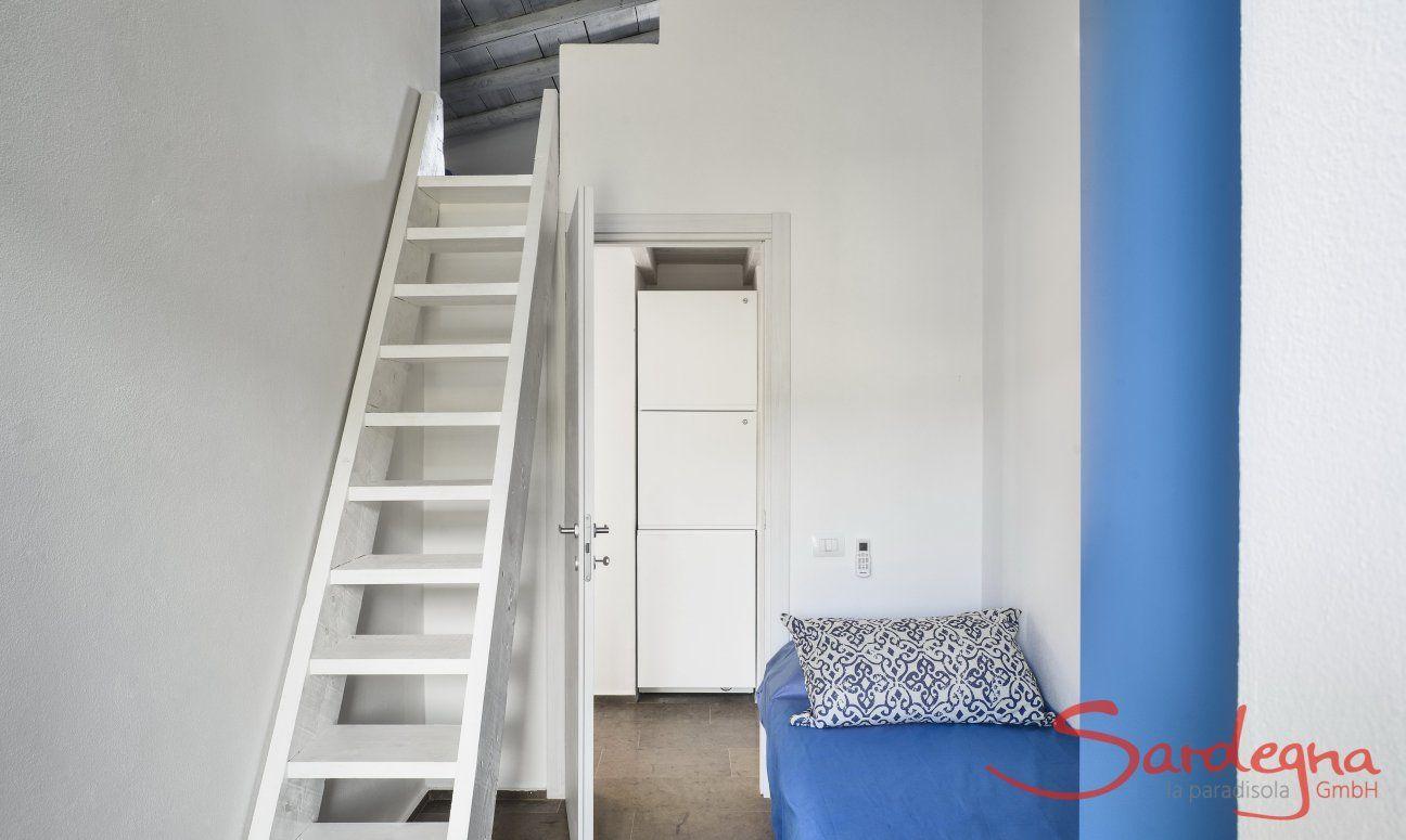 Einzelzimmer mit Treppe zum Dachzimmer