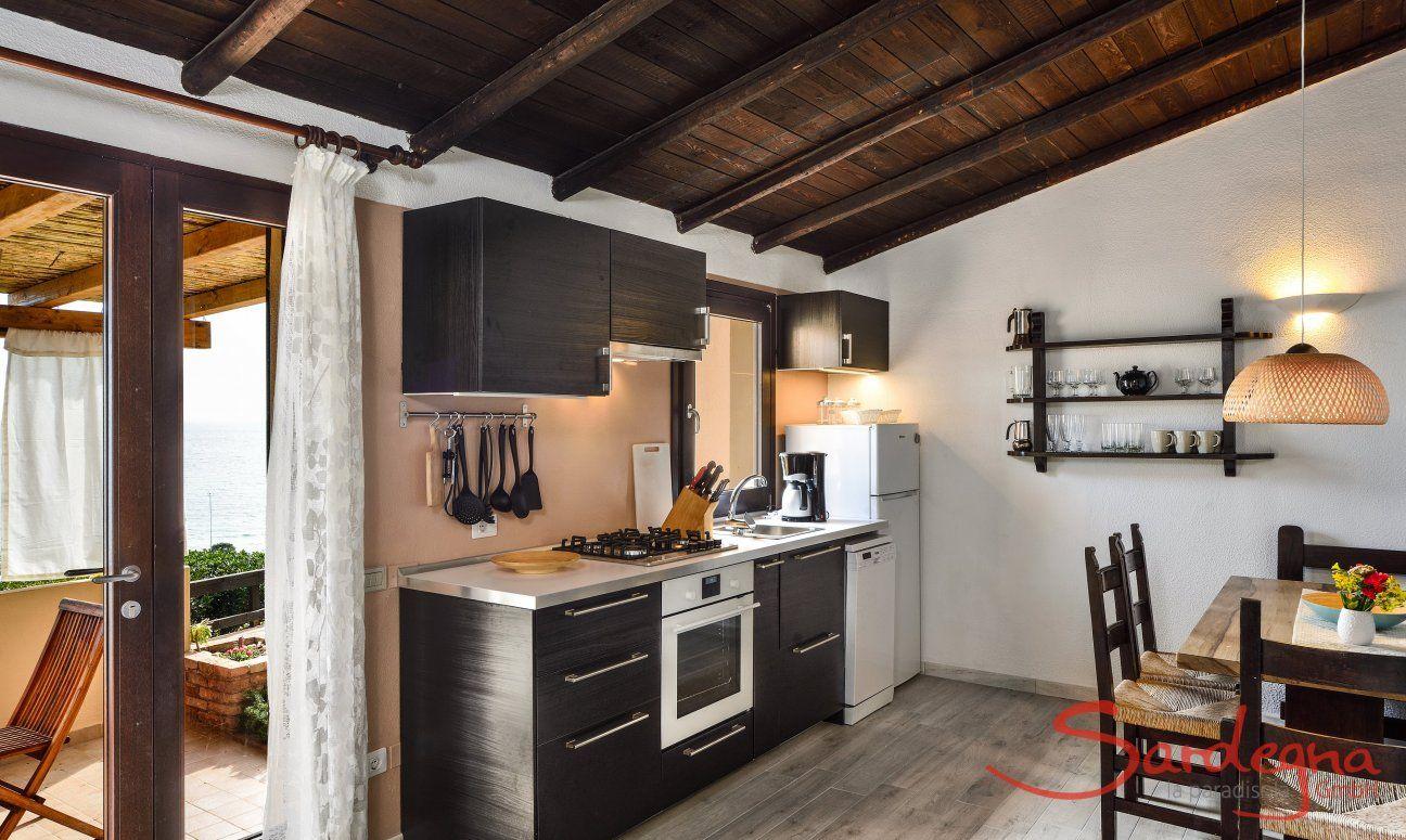 Wohnbereich mit vollausgestatteter Küche und Esstisch