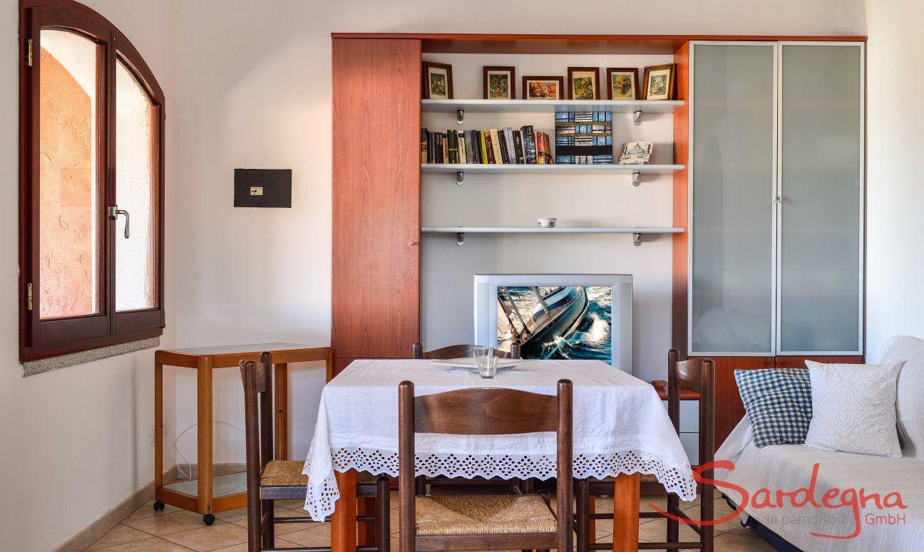 Wohnzimmer mit Esstisch, Sofa und Wandschrank im Obergeschoß